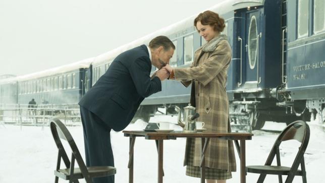 Poirot bacia la mano della giovane Mary Abbott