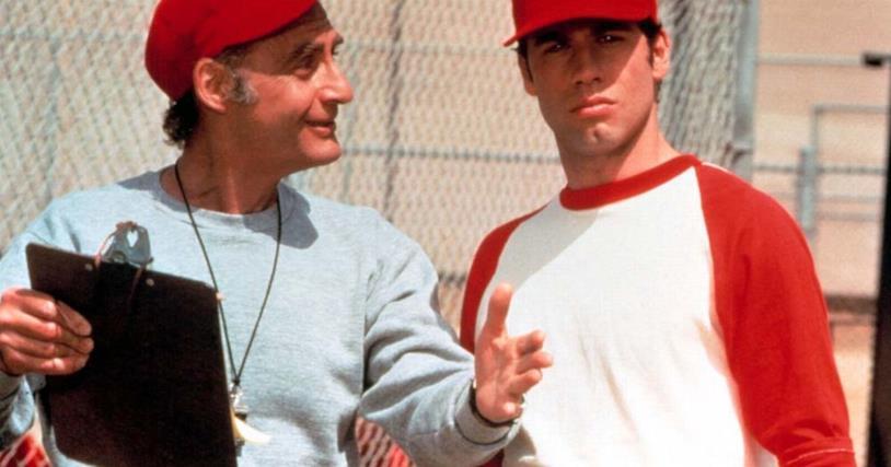 Coach Calhoun in una scena con Danny Zuko