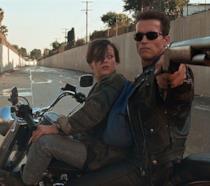 Arnold Schwarzenegger ed Edward Furlong in una scena del film