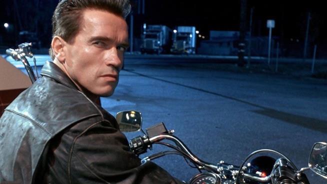 Arnold Schwarzenegger in una sequenza di Terminator 2