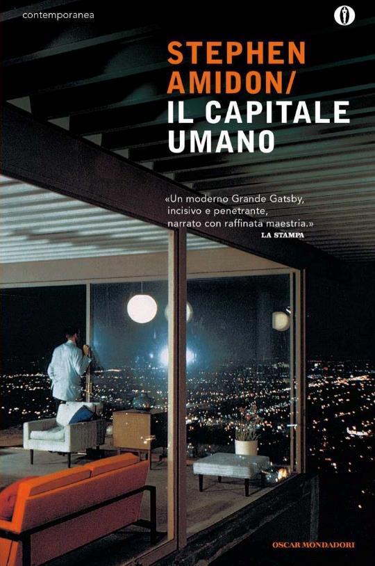 Nella cover de Il capitale umano, un uomo dal suo appartamento guarda la città illuminata di notte