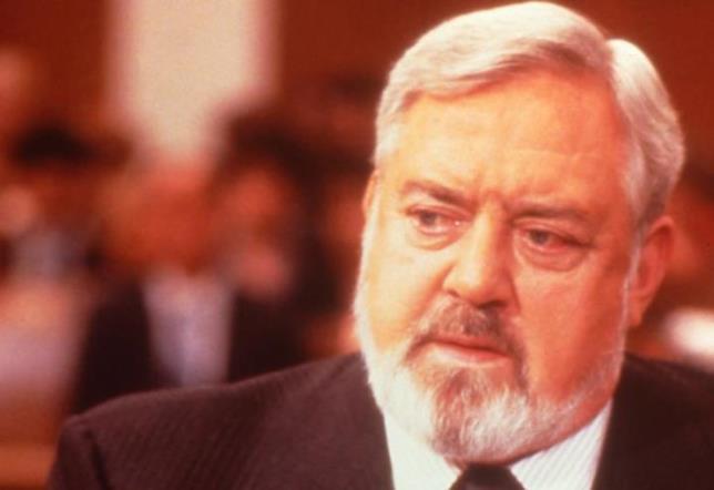 L'attore Raymond Burr in Perry Mason - Assassinio in diretta