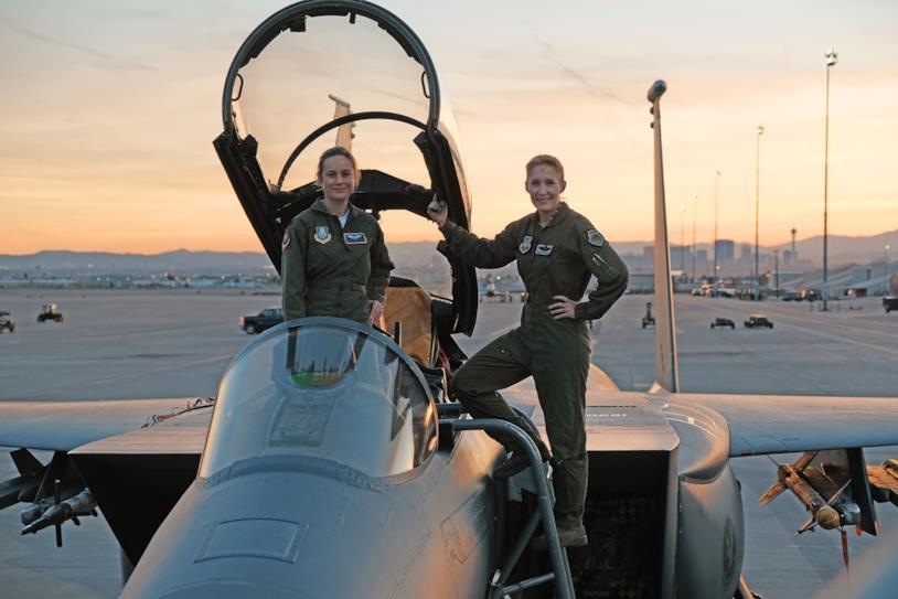 Brie Larson con Jeannie Leavitt alla base dell'aeronautica USA in Nevada