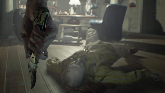Il protagonista di RE7 impugna un coltello insanguinato