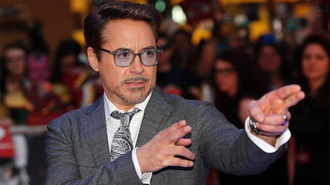 Robert Downey Jr. scherza sul red carpet