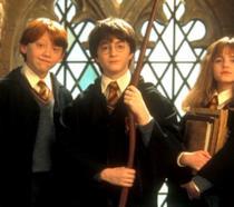 Harry Potter con Hermione e Ron nel primo film della serie