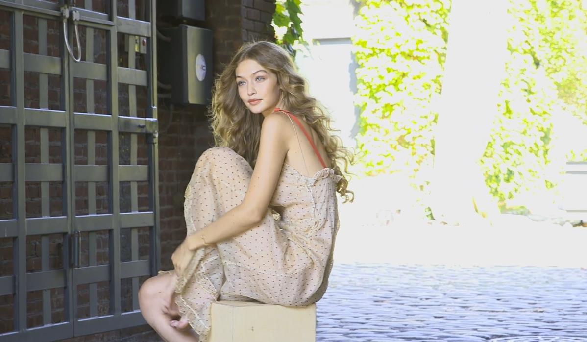 Gigi Hadid in boccoli e abito a pois rossi per Allure