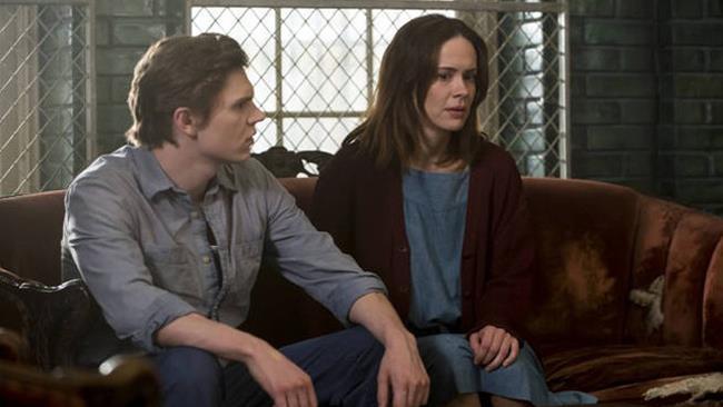 Sarah Paulson ed Evan Peters in una scena di American Horror Story