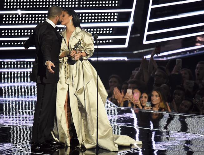 Immagine di Rihanna e Drake che si baciano sul palco degli MTV VMA 2016