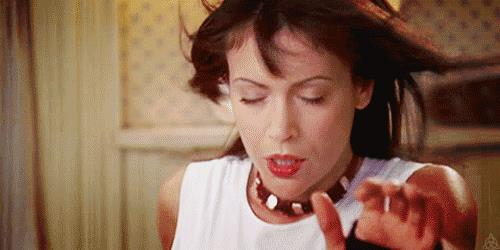 Alyssa Milano in una scena premonitrice di Streghe