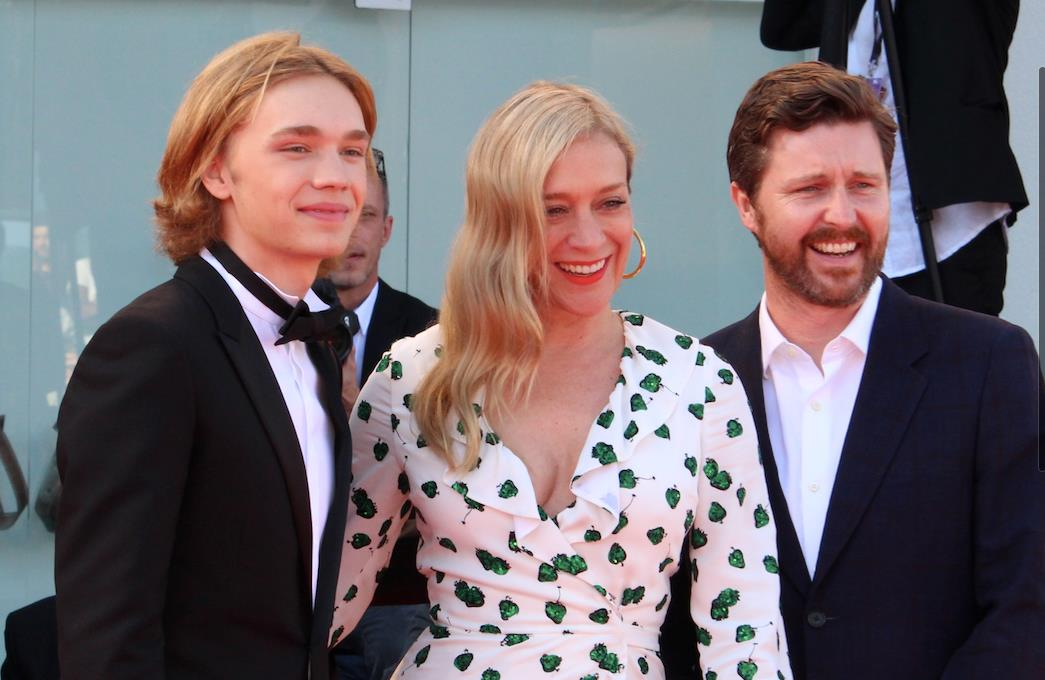 Chloë Sevigny, Charlie Plummer e Andrew Haigh sorridono ai fotografi dal red carpet veneziano.