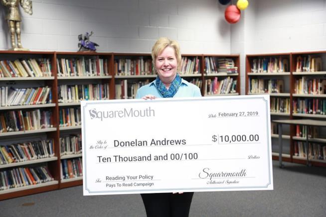 La vincitrice Donelan Andrews e il suo assegno