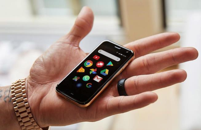Le ridotte dimensioni di Palm mostrate nel palmo di una mano
