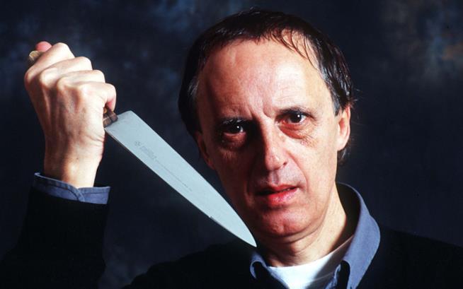 Dario Argento in posa con un coltello