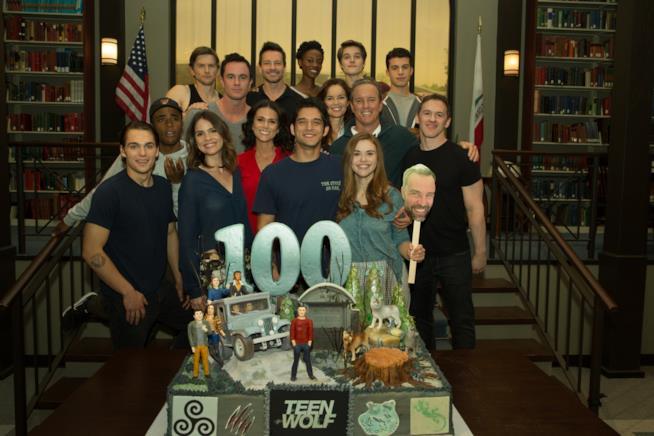Il cast di Teen Wolf festeggia il 100esimo episodio della serie con una torta speciale