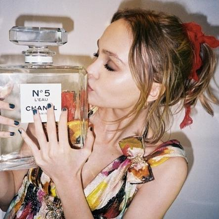 Lily-Rose Depp bacia il profumo Chanel n.5