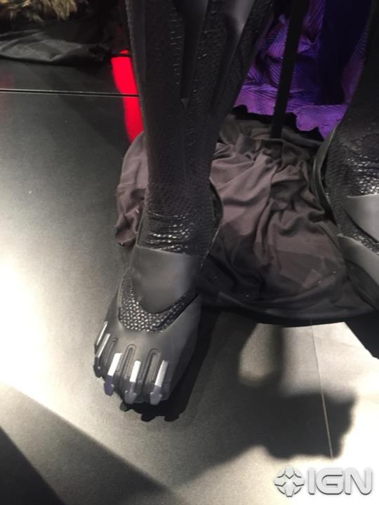 Dettaglio dei calzari di Black Panther