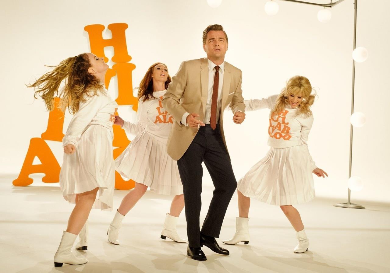 DiCaprio-Dalton balla con delle ragazze