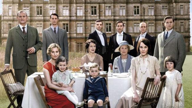 La famiglia Crawley in posa in giardino
