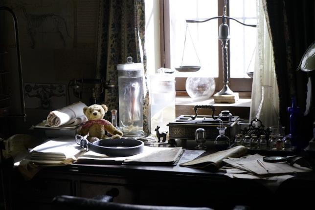 Un tavolo della casa d'infanzia degli Elric