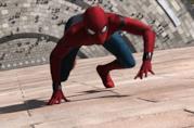 Tom Holland si arrampica sui muri in una scena di Spider-Man: Homecoming