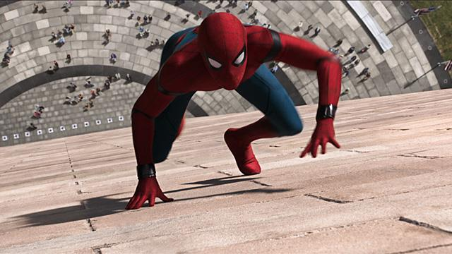 Tom Holland si arrampica sui muri in una scena di Spider-Man: Homecoming