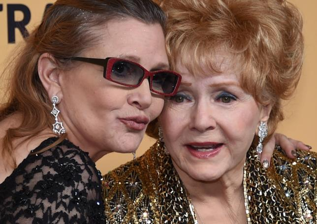 Una toccante immagine di Carrie Fisher e Debbie Reynolds