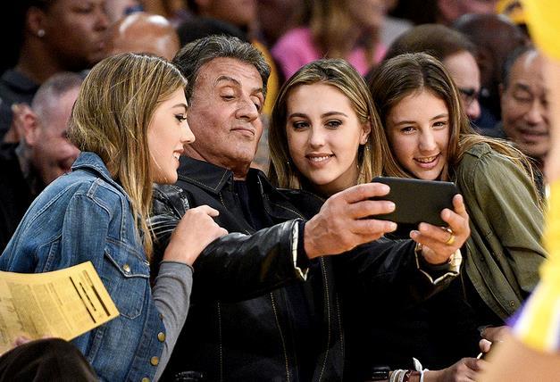 Sylvester Stallone scatta un selfie con le tre figlie