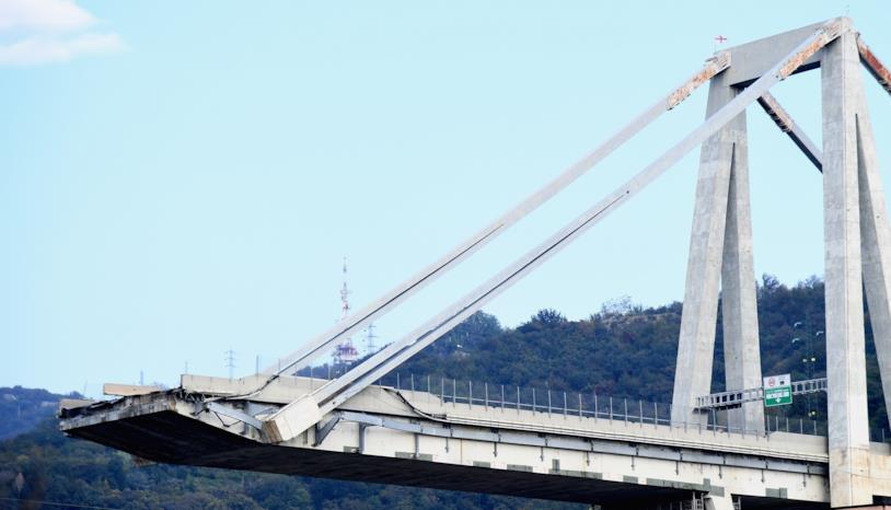 Una immagine del ponte di Genova dopo il crollo
