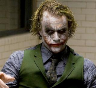 Heath Ledger nei panni di Joker in una scena de Il Cavaliere Oscuro