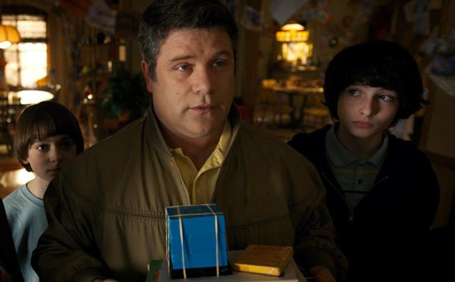 Sean Astin in una scena di Stranger Things 2