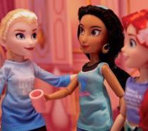 Scatto ravvicinato delle bambole di Jasmine, Elsa e Ariel