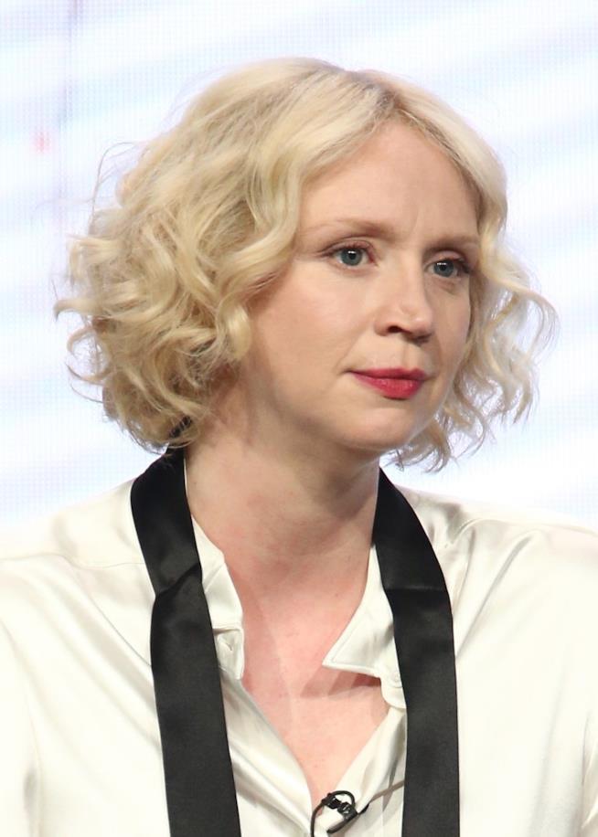 Gwendoline Christie indossa una camicetta bianca durante una conferenza