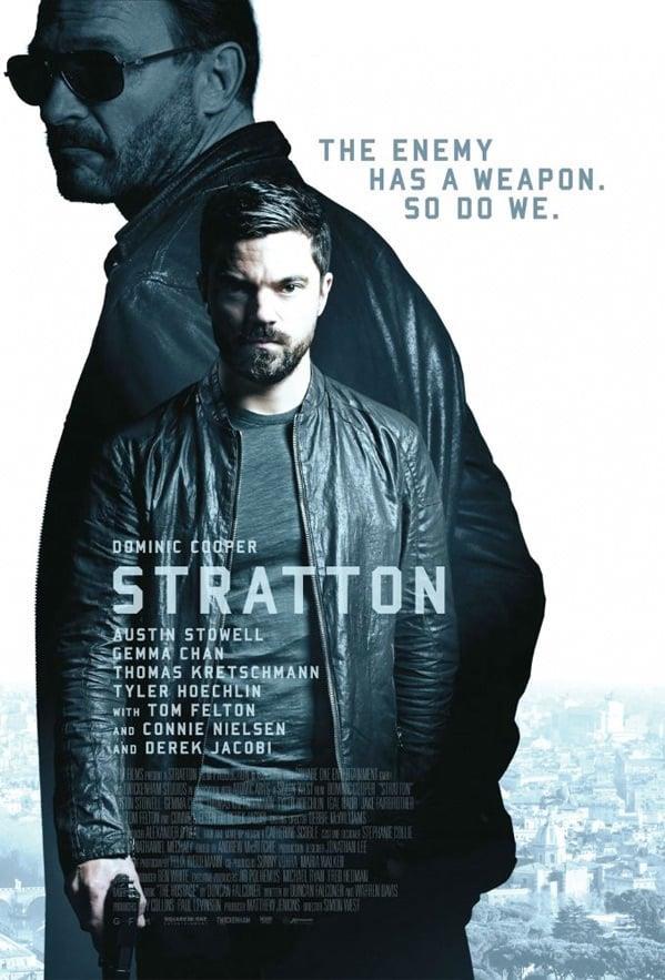 Dominic Cooper in posa con la pistola in Stratton