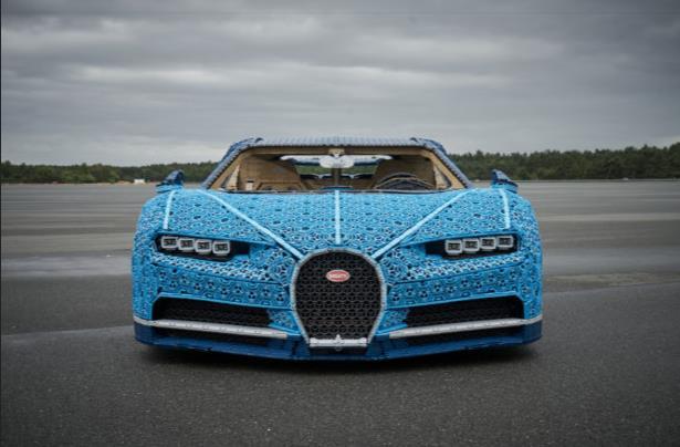 Primo piano frontale del modello LEGO Technic Bugatti Chiron in scala 1:1