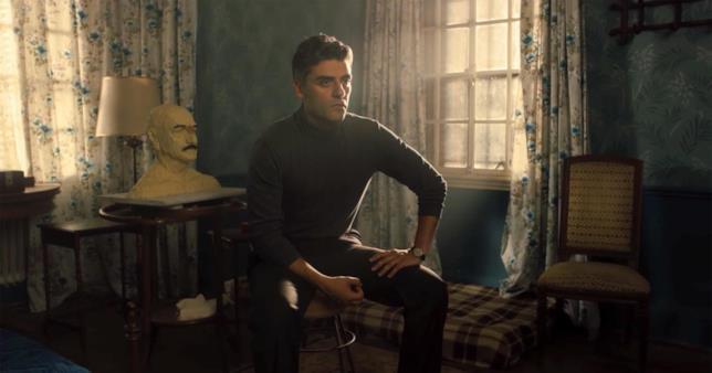 Oscar Isaac seduto in una stanza in una scena del film
