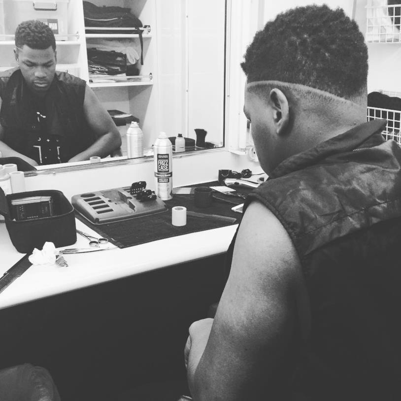 John Boyega davanti allo specchio del suo camerino in una foto in bianco e nero