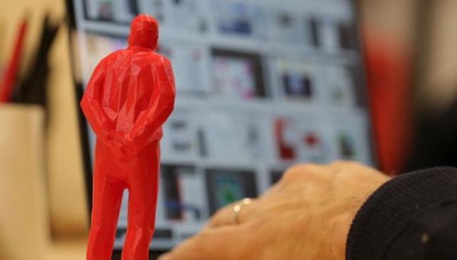 Primo piando di un Umarell 3D rivolto verso il monitor del Pc