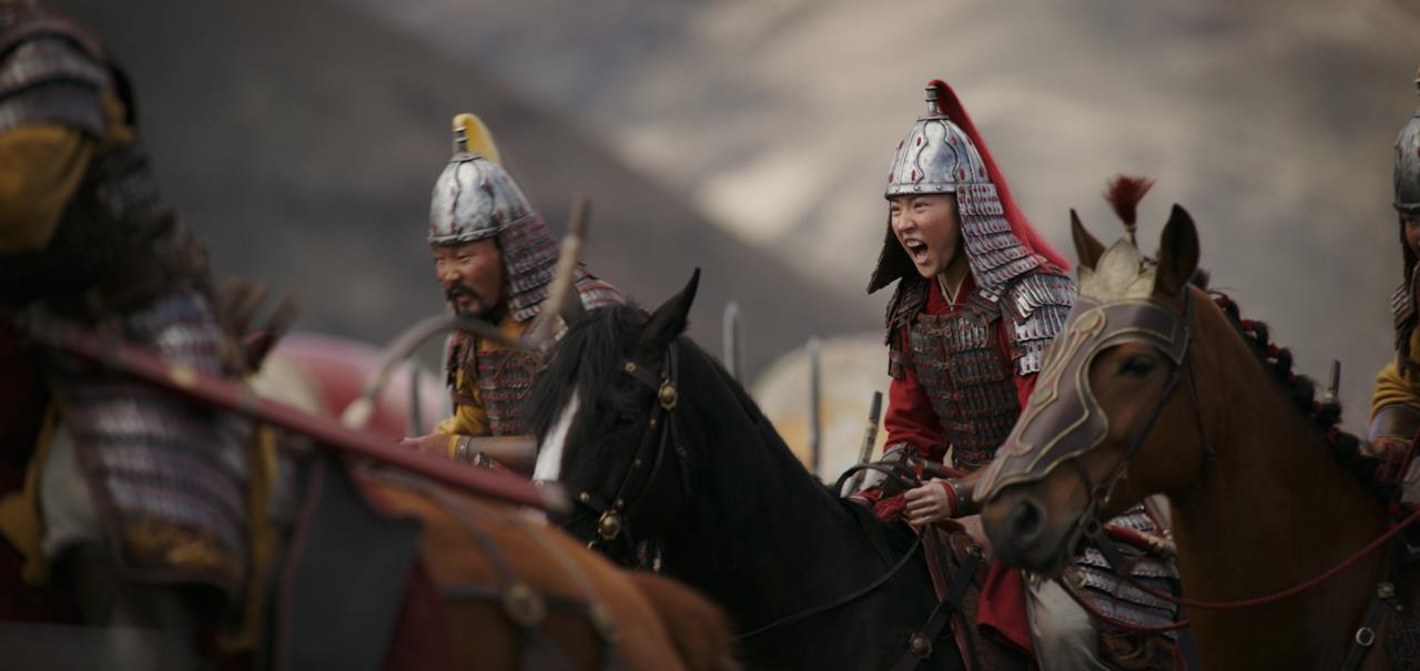 Mulan grida in sella a un cavallo, in battaglia