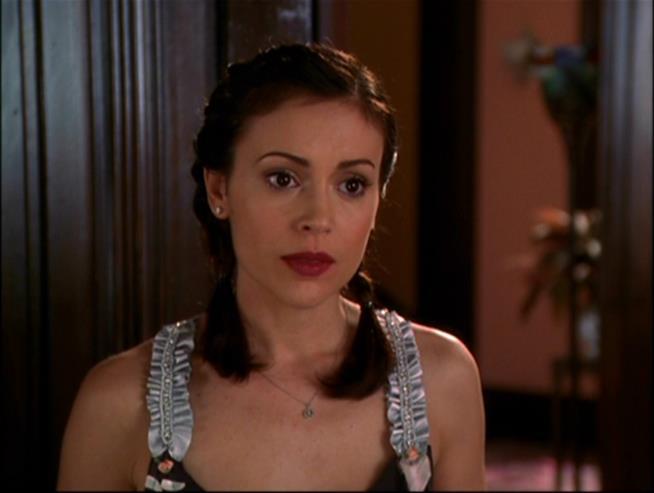 Alyssa Milano è Phoebe in una scena di Streghe