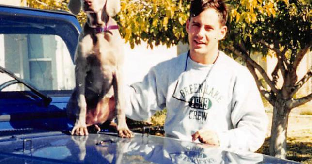 Jeff Trail in posa con il suo cane