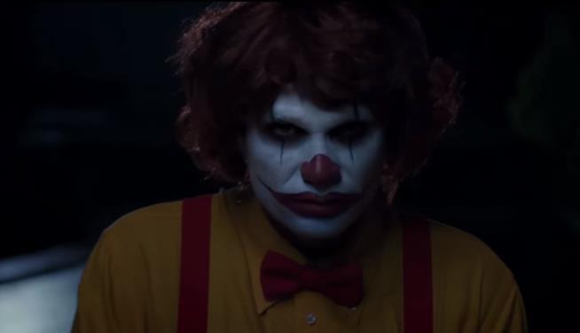 Clown insegue lavoratore di Burger King in uno spot