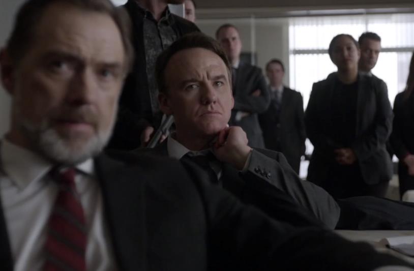 I membri del consiglio della Halcyon ascoltano Howard in The Blacklist: Redemption