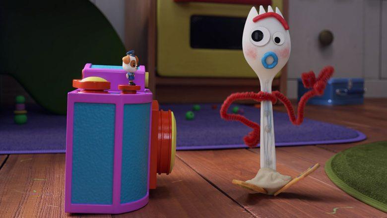 Forky davanti una macchina fotografica giocottolo