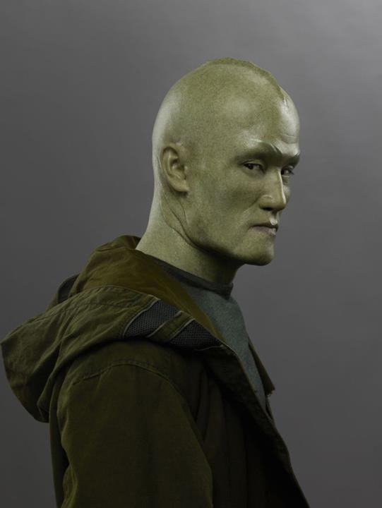 Mike Moh nel ruolo di Triton