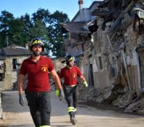 I soccorsi in una zona devastata dal terremoto