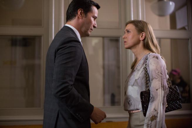 Keanu Reeves parla con la vedova Renée Zellweger in una scena di Una Doppia Verità