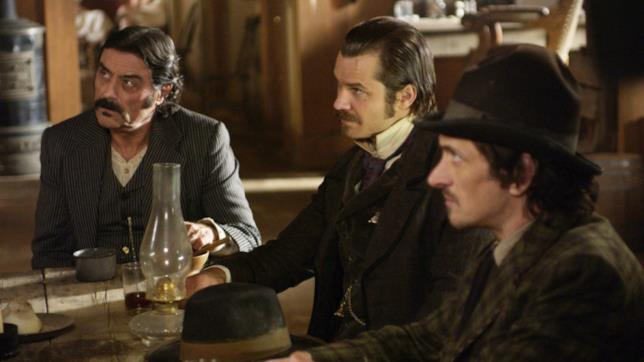 Al Swearengen con Seth Bullock seduti alla taverna
