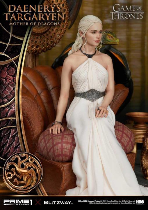 Daenerys sul suo trono nella statuetta