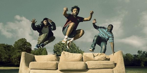 I protagonisti della serie Atlanta saltano su un divano